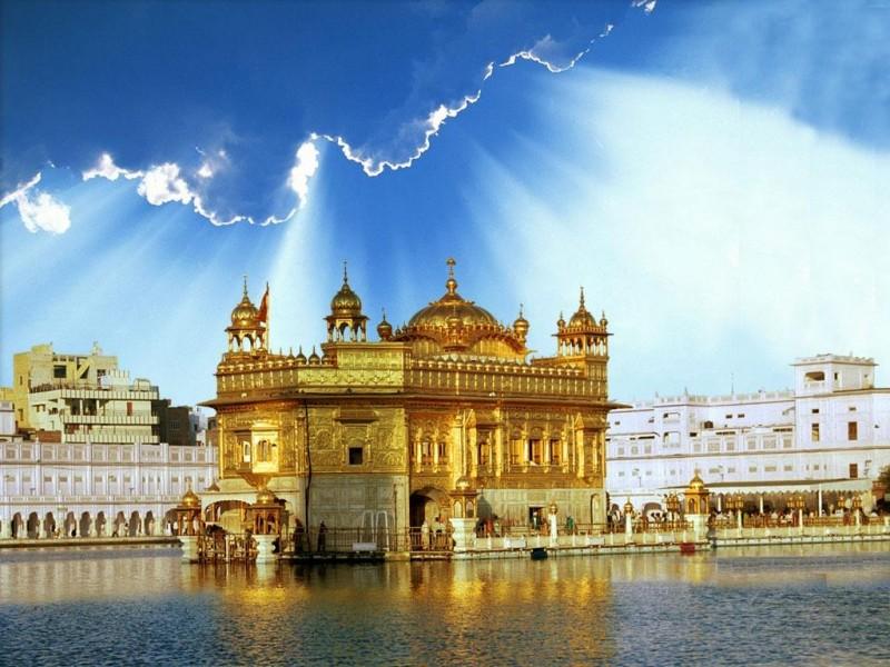 Потрясающее великолепие Золотого храма в Индии.