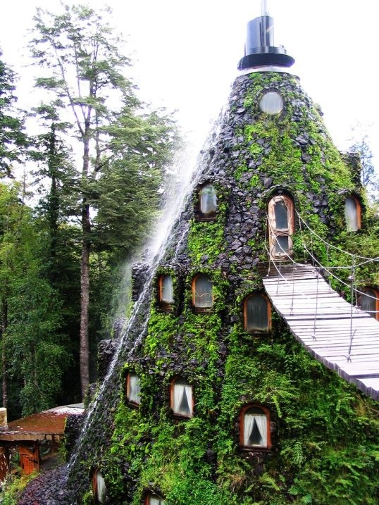 Отель-водопад Волшебная гора в Чили