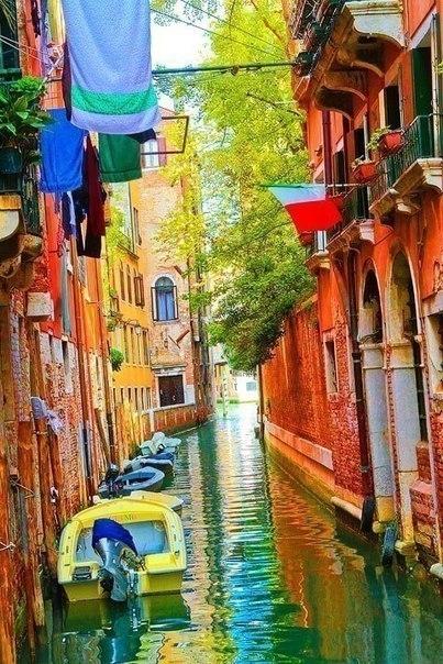 Дома на улице острова Цветной Бурано, Венеция, Италия. 0