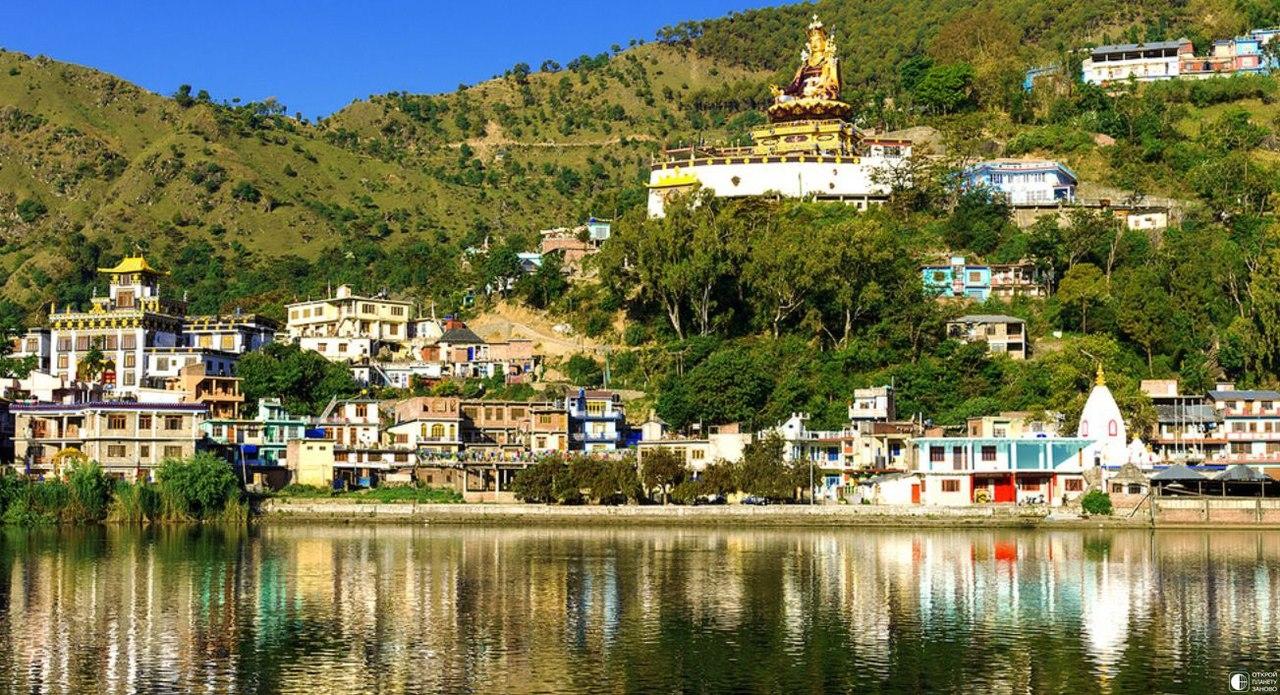 Священное озеро Ревалсар в Индии